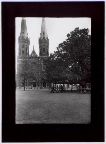 021375 - Heuvel met kerk en lindeboom