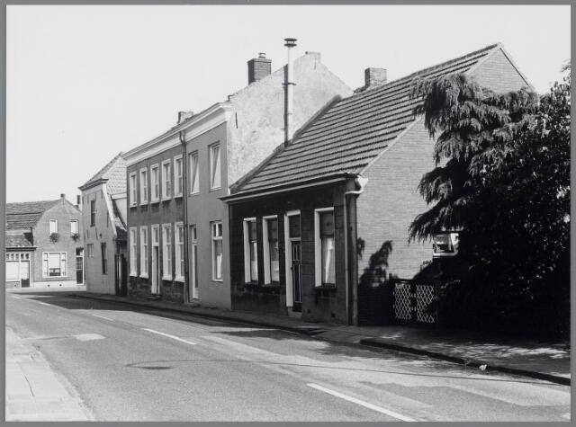 """88693 - Het Rijksmonument  Raadhuisstraat 42 Terheijden is herbouwd in 1767 en genaamd """"De Prins"""".  Op de hoek staat nr. 40 een bedrijfswoning uit de 17e eeuw genaamd """"Het Fortuyn"""" en daarna herberg """"Het Noordbrabantsch Koffiehuis"""" en winkelpand vanaf 1926."""