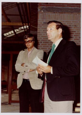 047097 - Toespraak burgemeester  Van den Wildenberg op 22 september 1974. Op de achtergrond Jaap Sombroek.