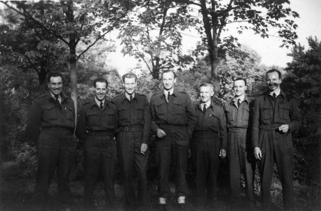 1709_0043 - Harry Franken (derde van rechts) als tolk bij de RAF 1944-45. Familie Franken-Donders