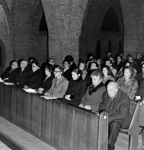 1237_006_247-1_004 - Religie. Kerk. Geloof. Katholiek. Heilige mis.  Wijding tot diaken van Pater J. Wijnen in november 1972. In de Sint Theresiakerk.