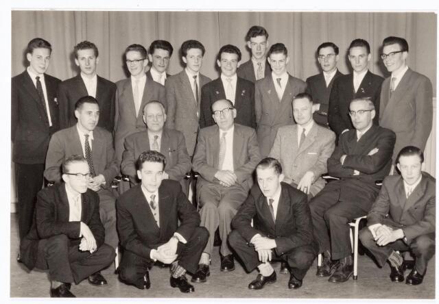 038563 - Volt. Zuid. Opleidingen. Geslaagden vakliedenopleiding cursusjaren 1955 - 1958. Gehurkt v.l.n.r.: Kuypers, van Beurden, Daalderop, van Leeuwen. Zittend v.l.n.r.: de Graaff: bedrijfsingenieur Volt, de Jong: hoofd werkplaats E.T.Lab., Hopstaken: praktijkdocent, Ledeboer: directiesecretaris Volt, Rutten: afd. chef gereedschapmakerij. Staand v.l.n.r.:Goossens, Andriessen, Van Loon, Smolders, de Brouwer, van Gool, Somers, Vugts, van Beers: theoriedocent, van Riel en van Erp. Velen van hen studeerden verder en wisten later te promoveren.