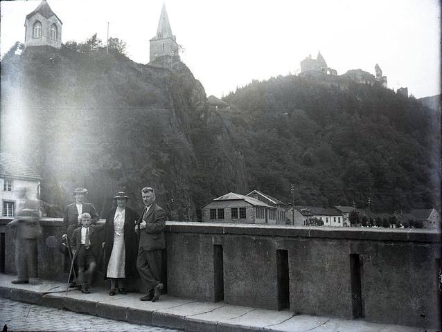 651592 - Poserende mensen op een brug voor een berg in het buitenland. De Bont. 1914-1945.