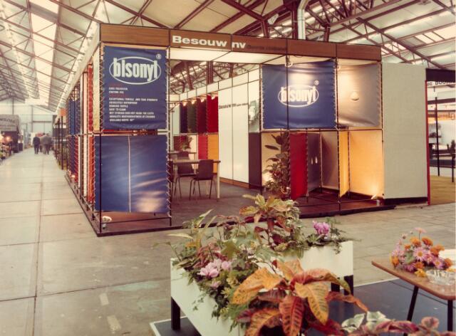 """065024 - Van Besouw presenteert zich op de beurs Zesplama met het gecoate doek """"Bisonyl"""". Kunststofindustrie"""