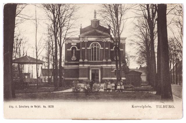 001500 - Korvel, vanaf 1941 officiëel Korvelplein, in zuidelijke richting. Op het plein de waterstaatskerk van Korvel, gebouwd in 1851 naar een ontwerp van de Tilburgse architect Hendrik van Tulder.  De naam waterstaat wil zeggen dat de kerk ivoor het grootste deel is gebouwd met geld van en onder toezicht van de Rijkswaterstaat.  De eerste steen werd gelegd op 31 mei 1851. Korvel werd daarmee de derde zelfstandige parochie in Tilburg. De bouwpastoor werd aangesteld in 1850 en was toen kapelaan op het Heike. Zijn naam was Henricus Antonius van Dooren, geboren te Veghel op 23.1.1811, priester gewijd in 1835 en overleden in Tilburg op 13.11.1886. Juist voor zijn overlijden zijn in deze kerk muurschilderingen aangebracht door decoratie- en kunstschilder P.N. van den Boer, evenals de pastoor afkomstig uit Veghel en later woonachtig in Tilburg. Voor pastoor Van Dooren is in 1887 een gedenkteken opgericht op het kerkhof van Korvel aan de Laarstraat. Het gedenkbeeld, voorstellende de Goede Herder, is 1.80 meter hoog en werd vervaardigd door de Tilburgse beeldhouwer P. Tielraden. Van Dooren werd als pastoor opgevolgd door Paulus Verschueren. Op de ansichtkaart links de muziekkiosk.