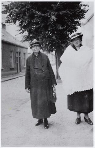 057157 - Oisterwijk. Op weg naar de doop.Links Lena Cornelissen/ v   an de Wiel, rechts haar schoondochter Anna Maria (Marie)  Cornelisssen Bijveld. Foto jaren dertig.