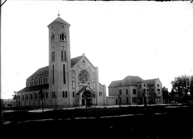 650638 - Schmidlin. De Lovense kerk, gewijd aan de H. Willibrordus, werd vanaf 1921 gebouwd in de Enschotsestraat.