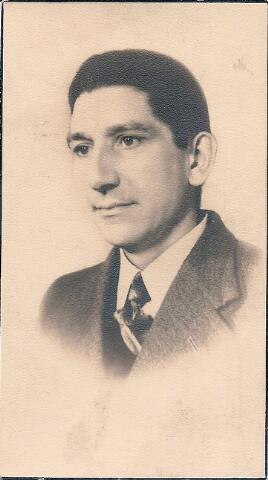 604499 - Bidprentje. Tweede Wereldoorlog. Oorlogsslachtoffers. Peter Johannes Salden; werd geboren op 4 november 1901 in Sittard en overleed op 27 oktober 1944 in Tilburg.  Op 27 oktober 1944 tijdens de bevrijding van de stad, de Duiters waren al teruggetrokken, begon plotseling om ongeveer 11 uur opnieuw een zware beschieting van de Bosscheweg en Broekhoven. Er zijn op dat moment veel mensen op straat; iedereen probeerde weg te komen. Het waren de Schotten die op het punt stonden de stad binnen te trekken, maar er voorafgaand aan die intocht een geweldig artillerievuur op los lieten. Volgens ooggetuigen raakte Peter Salden gewond door granaatscherven en overleed aan de gevolgen daarvan. Zijn naam staat vermeld op het monument van O.L. Vrouw van Altijddurende Bijstand aan de Ringbaan-Zuid alhoewel de akte van overlijden een andere doodsoorzaak aangeeft.