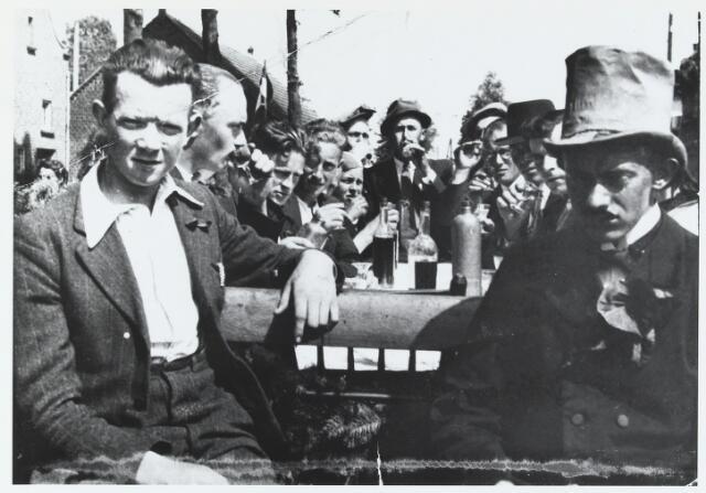 055932 - Tweede wereldoorlog. Bevrijding van Esbeek in 1944. v.l.n.r. Janus van Dommelen, Gerrit Hendriksen, Jan de Bruin, Frans Hamers, Wim Kerkhofs, Sjef v.d. Wouw, Willem Geerts en Harrie Wijten.