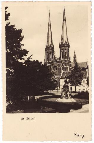 001036 - Heuvel met lindeboom, standbeeld Willem II en kerk en pastorie St. Jozef.