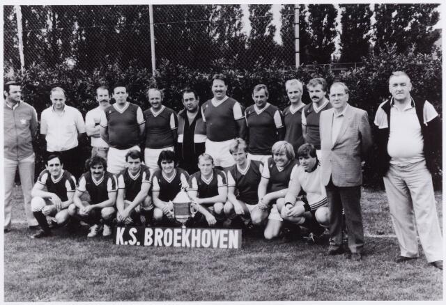 054090 - Sport. Voetbal. Broekhoven. De veteranen van de K.S. Broekhoven in het Leijpark. Zittend v.l.n.r.K.van Amelsfoort, M. Hamelers, J. de Leeuw, S. de Bakker, B. van Rijswijk, J. Meulenstten, T. van Aarle en K. van Wanroij.  Staande v.l.n.r. leider Fr. van Laarhoven, Sj. van Hees, J. Thijssen, R. van Veen, A.Danen, Sj. Huiskens, J. Verhagen, G. Paenen, J. Vrieswijk, H. Schepens, voorzitter P. Fritzs en penningmeester Dorus. Leijten.