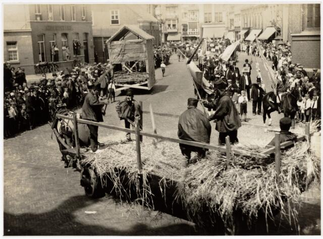 048931 - De Folklorestoet 'Brabant is sijn eugen lant' trekt op 21 juli 1929 door het centrum van Tilburg. Hier trekt de stoet over de Markt met Tilburgse dorsers in actie. (de stoet trekt hier in twee richtingen)