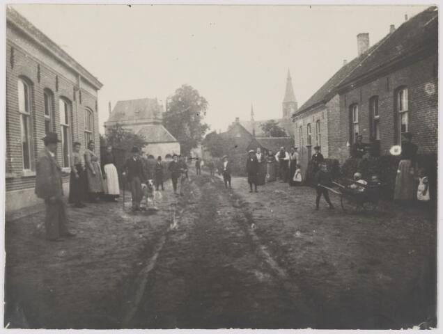 082494 - Gilze, Ridderstraat. De huizen rechts zijn in de 2e wereldoorlog verwoest. Bakkerij Volders, Ridderstraat 14. Foto is afgestaan door P. Coppens op 23.05.1951