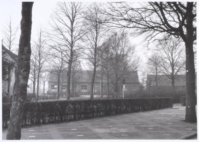020173 - Café van C.A. Fouchier, gevestigd in een hoeve daterend uit 1608 nabij de Hasseltse kapel (links).  Het was een van de oudste hoeven van Tilburg. Het werd in 1964 gesloopt.