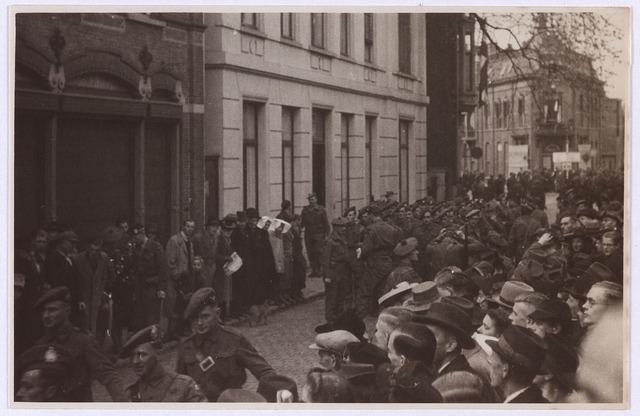 012502 - WO2 ; WOII ; Tweede Wereldoorlog. Bevrijding. Schotse soldaten stellen zich op in de Zomerstraat op 29 oktober 1944. Het witte gebouw wordt enige tijd later de residentie van de Town Major en van Civil Affairs. Na de algehele bevrijding van Nederland in mei 1945 fungeert het als medisch keuringsbureau voor het Nederlandse leger