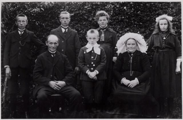 084350 - De familie Prinsen uit het Groot Loo. Op de eerste rij v.l.n.r .Kees Prinsen (1863-1847), Nelis Prinsen (1914-1977) en Pietje van den Bosch (1873-1960). Op de achterste rij v.l.n.r. Johan Prinsen (1909-1944), Bernard Prinsen (1905-1985), Anneke van den Bosch (1905-1982), en Miet Prinsen (1908-1962). Kees en Bernard Prinsen waren lid van het Venerabele Gilde. Johan was een van de Beekse oorlogsslachtoffers.
