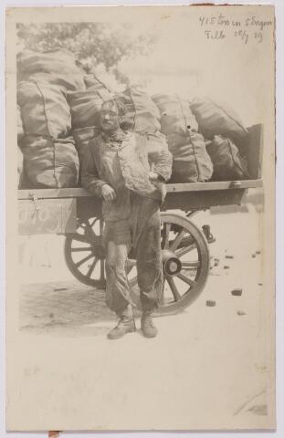 043995 - Kolenboer in dienst van de firma J.B. van Brunschot, steenkolenhandel aan de Spoorlaan 74.