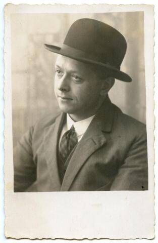 602016 - Petrus Adrianus Antonius (Piet) van der Schoot, geboren op 24 februari 1896 te Tilburg als oudste zoon van fotograaf Hubert van der Schoot en Aline Vanwest. Piet volgde zijn vader op als fotograaf in de fotostudio van Hubert van der Schoot aan de Zomerstraat te Tilburg. Van 1929 tot 1960 woonde en werkte Piet daar en zette de fotozaak voort onder de naam van zijn vader, H. van der Schoot. Piet huwde in 1921 met Maria J. W. van Eijck. Piet overleed, kort na de onteigening van zijn zaak, op 30 juni 1960 te Tilburg.
