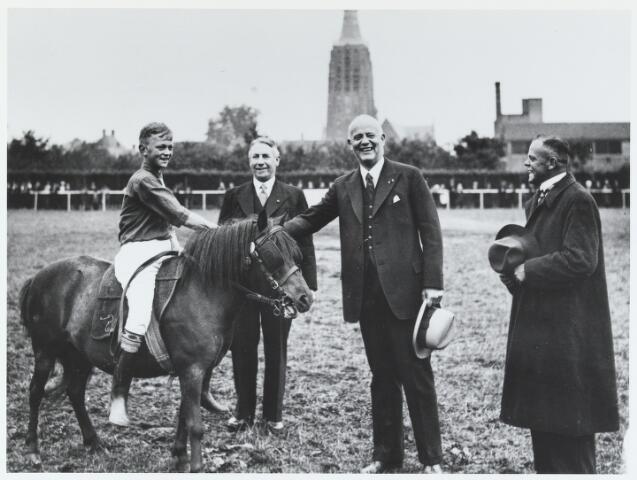 055747 - Sport. Ter gelegenheid van de viering van het tweede lustrum van de bond van landelijke rijverenigingen van de NCB werd te Hilvarenbeek in juli 1938 een groot ruiterfeest georganiseerd.