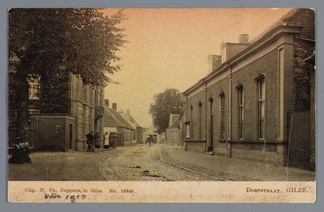 """057979 - Raadhuisstraat richting kruising Kerkstraat, Oranjestraat en Ridderstraat, het pand """"Dorpszicht"""" van looier August Hoevenaars. Links het voormalige raadhuis. Deze zeventiende-eeuwse predikantswoning kwam in 1796 als raadhuis in gebruik. De voorgevel kreeg dit uiterlijk door een verbouwing in 1876. Het gemeentebestuur ruilde het pand in 1921 (na overleg met het kerkbestuur) met het patronaat in de Nieuwstraat. Tijdens de tweede wereldoorlog werd het gebouw verwoest. De eerste woning voorbij het raadhuis liet herbergier Everts(het latere café """"De Tip"""") bouwen op de plaats van een ouder woonhuis. Rechts het woonhuis, met looierij erachter, Van Hoevenaars-van Poppel. Hierin had notaris le Maire zijn kantoor, doch hij woonde in een deel van het raadhuis."""