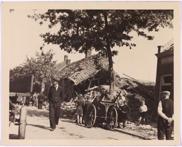 013547 - WOII; WO2; Tweede Wereldoorlog. Bombardement. Bominslag in enkele huizen in de St. Josephstraat, hoek Hoogvensestraat op 31 juli 1942. Hierbij werden drie mensen gedood en drie ernstig gewond