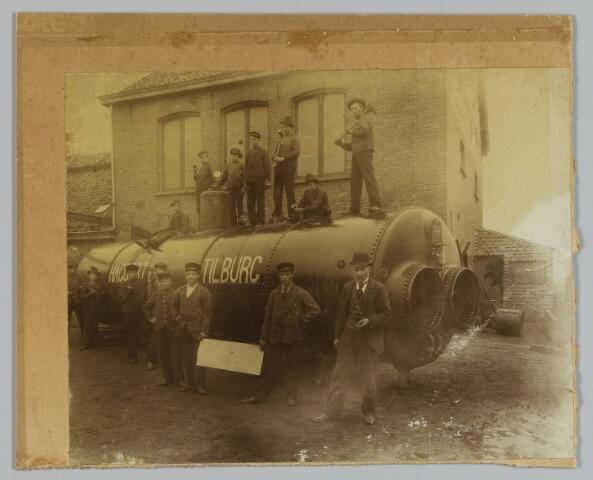 068565 - Metaalindustrie. Personeel van stoomketelfabriek Hagoort bij een door hen geproduceerde ketel