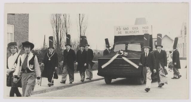 081867 - Gilze. Carnaval optocht. Doodbidders met lijkkist wegens verhuizing gemeentehuis naar Rijen