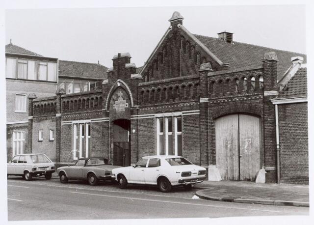 014876 - Schoolgebouw aan de Adriaan van Hilvarenbeekstraat (Besterdring) anno 1977. Twee jaar later werd het pand gesloopt