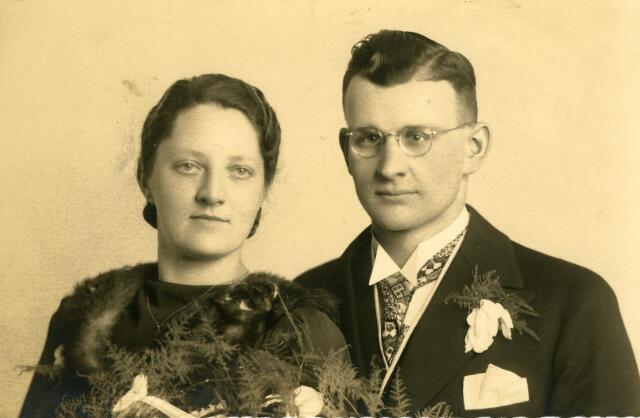 093080 - Trouwfoto van Antonius (Toon) Tack, geboren te Dordrecht op 10 mei 1916, zoon van Petrus Johannes Tack en Geertruda M.H. Huisveld,  maar woonachtig in Goirle, met Cornelia Maria Wilhelmina (Cor) Verhagen, geboren te Goirle op 5 april 1915 en overleden  te Tilburg op 24 april 2000. Zij was een dochter van Adrianus J.M. Verhagen en Johanna Cornelia Wellens.