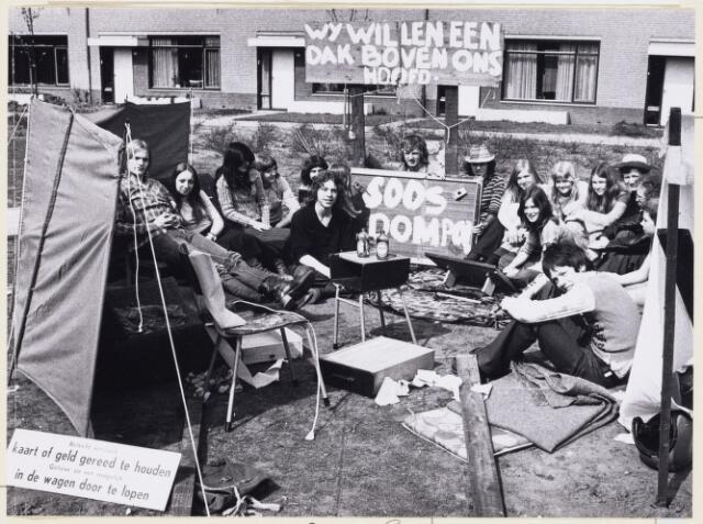 101271 - Woningnood. Protest. Jongeren willen een eigen woning.