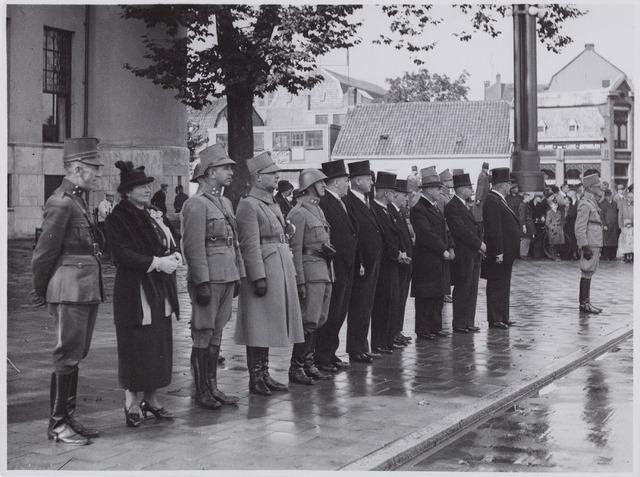 053693 - Terugkomst van de Grensbezetting. Ontvangst van het 2e bataljon Jagers op het Willemsplein.6e van links enz: G.V.B. Kevenaar, waarnemend secretaris van Tilburg, mr. H.J.A. Scheidelaar, wethouder, H. Eijkemans, wethouder, C.H.M. v.d. Ven, wethouder, Ch. H.A.M. Herculeins, burgemeester van Hoge en Lage Mierden, L.M.C. Ancion, burgemeestervan Alphen en Riel en mr. F.L.G.Z.M. Vonk de Both, burgemeester van Tilburg