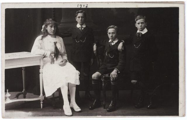 004739 - V.l.n.r. Louise, Louis, Charles en Lambert, kinderen van sigarenfabrikant Arthur Janssens (*Geel 1877 †aldaar 1925), en zijn vrouw Anna Maria Josepha Bressers (*Tilburg 1872  †Turnhout 1956).