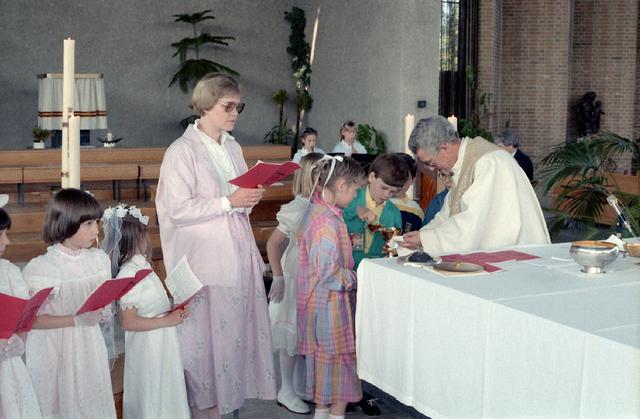 655276 - Eerste Heilige Communie viering in de Tilburgse Lourdeskerk op 4 mei 1986. Leerlingen van de Jan Lighthartschool.