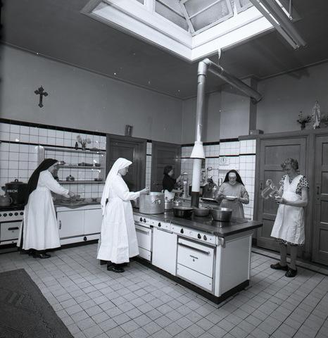 654854 - Religie. Clarissen aan huishoudelijk werk.