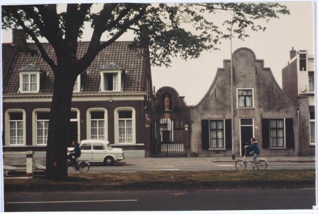 024506 - Westzijde van het Korvelplein. Het poortje met beeld gaf toegang tot het rechts ernaast gelegen schooltje