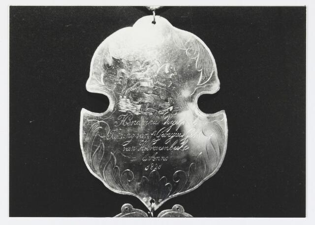 055681 - Detail van een koningsschild van de schuttersgilde St. Joris. Organisatie van een schuttersgilde  Als basis voor een gilde dienden de ordonnantien, bepalingen waarin de rechten maar vooral de plichten van de leden waren vastgelegd. Aanvankelijk bestond elk gilde uit 33 leden, een aantal dat op verzoek van St. Joris in 1612 werd uitgebreid tot 41. Een nieuw lid diende voor de magistraat de schutterseed af te leggen, waarin hij beloofde te handelen naar de ordonnantie van het gilde. Schutter werd men voor het leven. Het lidmaatschap kon in principe alleen worden beëindigd indien men tot armoede verviel, buiten de jurisdictie van de stad ging wonen of zich vergaand misdragen had. Het lidmaatschap van de gilden was niet voor iedereen weggelegd. Alleen de hogere standen hadden toegang tot deze exclusieve kringen en ook financieel moest men in goede doen zijn. De meeste leden kwamen uit de gegoede burgerij, en waren vooral middenstanders en kooplieden. Het belang van de gilden blijkt uit het gegeven dat lidmaatschap van één van de drie gilden verplicht was gesteld om deel uit te mogen maken van de magistraat, het college van burgemeesters en schepenen (wethouders).
