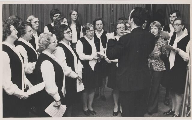 082157 - Zangvereniging Con Amore tijdens radio-opname voor de TROS. Dirigent van Wees
