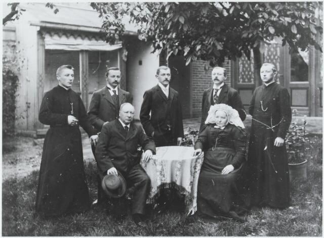 056226 - De fabrikantenfamilie Van Enschot-van de Lisdonk. Zittend Godefridus van Enschot geboren te Goirle op 5 juni 1833 en aldaar overleden op 13 januari 1908, en zijn vrouw Adriana van de Lisdonk, geboren te Goirle op 30 juli 1836 en aldaar overleden op 3 juni 1913. Staande hun kinderen v.l.n.r.: Alphons M.C. geboren te Goirle op 18 november 1874 en overleden te Grave op 17 juli 1958 (hij was pastoor van Nederasselt), Jos van Enschot geboren te Goirle op 24 december 1872 en aldaar ongehuwd overleden op 8 november 1953, Toon van Enschot geboren te Goirle op 6 maart 1870 en aldaar ongehuwd overleden op 10 november 1943, Willem van Enschot, geboren te Goirle op 14 juli 1868 en aldaar overleden op 24 mei 1938 (hij trouwde Christina W. Willekens) en Johan van Enschot, geboren te Goirle op 18 juni 1871 en overleden te Tilburg op 12 maart 1945 (hij was pastoor van Berkdijk (gem. Loon op Zand).
