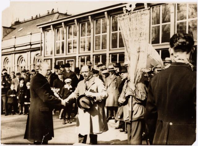 052650 - Muziekleven. Harmonie 'De Blauwe Kielen ' opgericht door Piet Zopfi uit de Heuvelstraat,  hier linksvooraan met zwarte jas. Hun thuisadres was bij hotel de Korenbeurs. (opgericht 1930) Hier ontvangst op station in maart 1931. Het muziekcorps speelde met namaak blaasinstrumenten (mirletons)