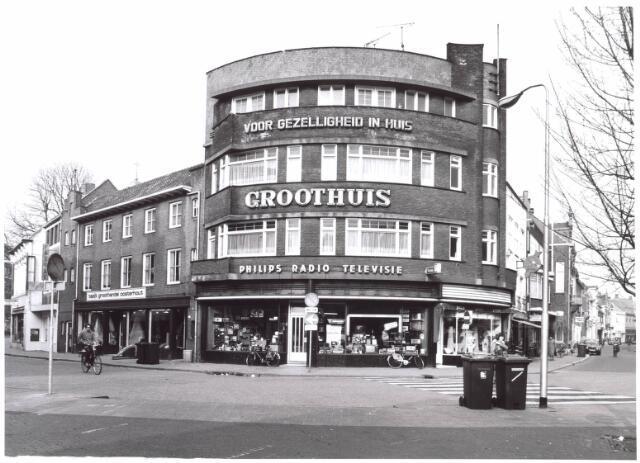 022009 - Electronicahandel Groothuis op de hoek Nieuwlandstraat (rechts) en Heuvelstraa, de vroegere Zomerstraat