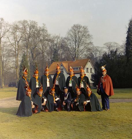 1237_011_827_003 - Carnaval. Kaaiengat. Groepsfoto van de Raad van Elf uit Riel in 1975.