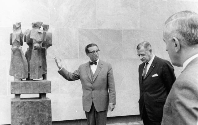 1238_F0150 - Burgemeester Becht (1957-1975) presenteert een nieuw standbeeld.
