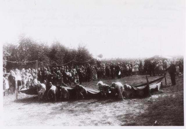 013479 - Tweede Wereldoorlog. Kinderspelen op een terrein aan de Ringbaan-Zuid op 16 juli 1944 met het doel om geld in te zamelen voor de aankoop van materiaal ten behoeve van de Vrijwillige Luchtbescherming