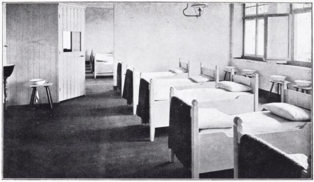 051088 - Jeugdzorg. Een der slaapzalen van het St.Jozefhuis-St.Anna.