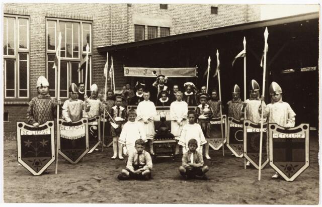 009065 - H. Hart Hulde G.L.O. Besterd. frater Wilhelm Verhees (ging 11 september 1923 nar kweekschool te 's-Hertogenbosch), frater Donatus Melis en frater Marius van Dongen (foto 1922-1923)