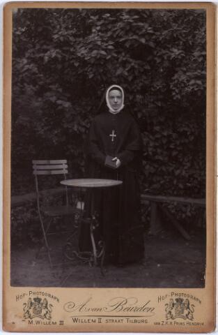 """011423 - Marie-Louise Ludovica Antoinette Carolina BOGAERS, geboren te Tilburg op 1 januari 1866, overleden te Nijmegen op 24 januari 1911. Oudste dochter van de textielfabrikant Vincentius A.A. Bogaers en Isabella Ph. Th. Pollet. Zij trad in 1888 te Jette, bij Brussel, in de orde du Sacré Coeur. Later verbleef zij in Parijs en tenslotte in het klooster """"Mariënburg"""" in Nijmegen waar zij in 1911 overleed. Bij haar intrede in het klooster schreef haar vader: """"Ons sacrifice als ouders is zeer groot daar zij de vreugde en het leven was van onze huiselijke staat."""""""