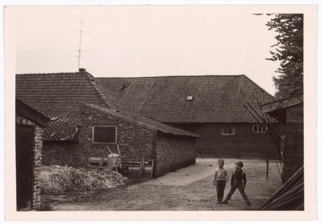 017823 - Erf van een boerderij aan de Rielseweg (thans Dr. Hub. van Doorneweg) halverwege 1968