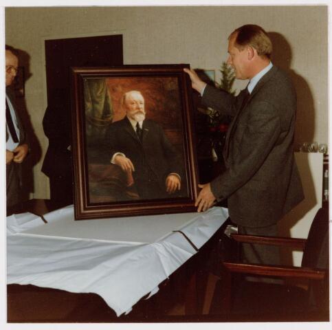 050164 - Volt. Noord. Jubileum 75 jaar Volt op 15 september 1984. Ir. Iding, destijds directeur van Volt, krijgt een reproductie aangeboden van een schilderij van de Heer F.J.J.B. Verbunt (1865-1924), de oprichter van de Volt in 1909. Dhr. Verbunt was tevens wijnhandelaar in Tilburg. Het schilderij is gemaakt door C. Vermoelen vóór 1916 en in bezit van het Regionaal Archief Tilburg.