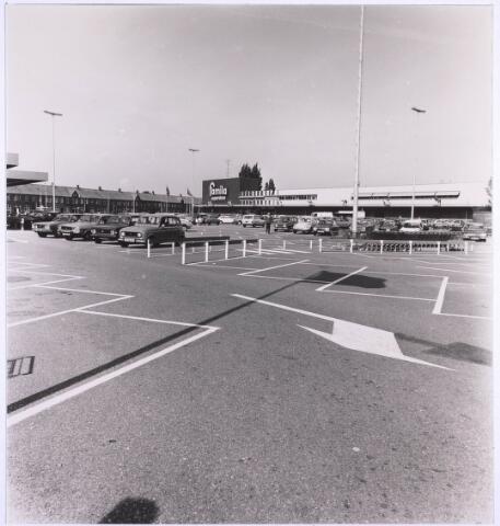 022914 - Parkeerterrein voor supermarkt Famila, gevestigd in een pand van de voormalige textielfabriek Janssens van Buren. Later zat er Miro en thans is het een filiaal van Albert Heijn. (foto gemaakt in periode 1972-1980)