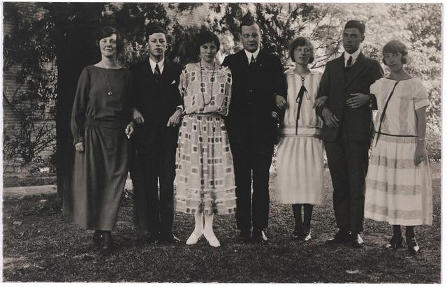 004772 - Zilveren bruiloft van het echtpaar Janssens-Minderop in 1923. De namen van deze 7 personen zijn niet bekend, maar het zijn waarschijnlijk Rotterdamse familieleden of bekenden van de zilveren bruid Mathilde Minderop, geboren in Rotterdam.